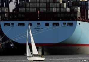 سفن العالم تطلق صافراتها بالتزامن مع حفل افتتاح قناة السويس