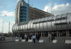 مطار القاهرة يستقبل أحد الضباط مصابي سيناء بعد علاجه في لندن