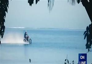مقطع رائع لدراجة نارية تتجول داخل البحر