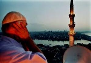 """مؤذن """"الصلاة خيرٌ من الفيسبوك"""" ينفعل على عمرو عبدالحميد"""