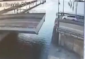 لحظة سقوط سيارة من فوق جسر متحرك