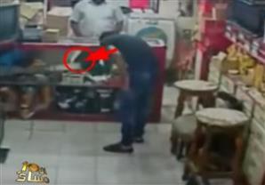 الإبراشي يعرض فيديو لعملية زرع عبوة ناسفة استهدفت محل بقنا