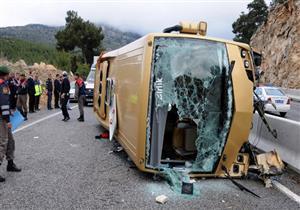 انقلاب حافلة تقل سائحين على طريق أنطاليا التركية