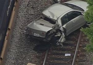 بالفيديو.. سيارة تطير فوق 3 قطارات وتنتهي بين القضبان
