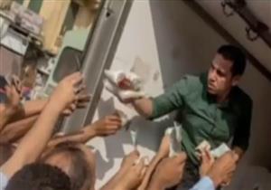 إبراهيم عيسى: مشهد توزيع السكر على المواطنين في الشارع مشهد مُذل ومهين