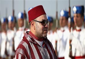 العاهل المغربي يخرج عن البروتوكول بموقف غريب أثناء مراسم إستقباله بتنزانيا