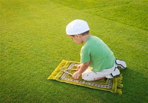 بالفيديو: قصص وأفكار تساعد أطفالك على أن يعتادوا على الصلاة؟
