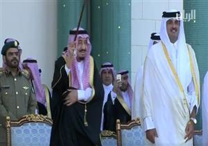 خادم الحرمين الشريفين يرقص بالعصا خلال استقباله بالدوحة