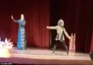 وفاة راقص أثناء عرض مسرحي.. والجمهور يصفق إعجابًا بالمشهد - فيديو