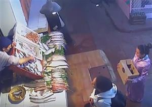 بالفيديو- سرق سمكة وأخفاها بملابسه.. فنال جزاؤه