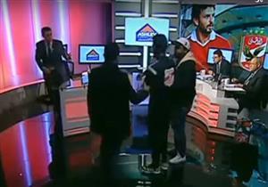 بالفيديو- مجهول يقتحم إستوديو مدحت شلبي على الهواء