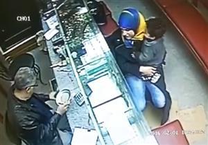 بالفيديو- كاميرا مراقبة ترصد أسرع عملية سرقة في 6 ثواني فقط