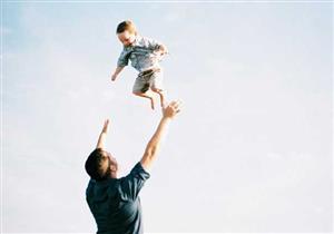 """لهذه الأسباب.. يجب على الآباء والأمهات تجنب """"هز"""" أطفالهم"""