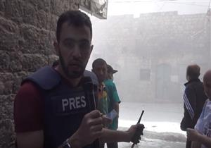 لحظة سقوط برميل متفجرات بالقرب من مراسل ميداني بحلب - فيديو