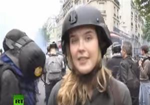 """متظاهر يصفع مراسلة """"روسيا اليوم"""" على وجهها"""