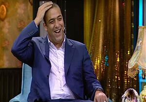 """ميدو يرتدي """"باروكة"""" بعد حلاقة شعره - فيديو"""