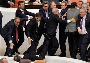 بالفيديو.. اشتباكات بالأيدي داخل البرلمان التركي