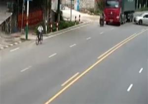 سائق دراجة نارية ينجو من الموت بأعجوبة في الصين