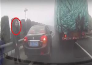سائق ينجو من موت محقق بعد دهست شاحنة سيارته - فيديو