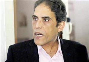 لحظة الاعتداء على خالد داوود بالضرب أمام نقابة الصحفيين