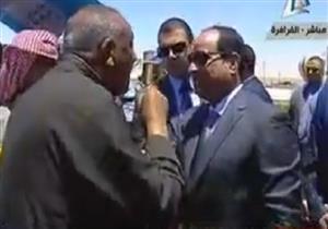 مواطن يقبل رأس السيسي أثناء اطلاق اشارة البدء لموسم القمح