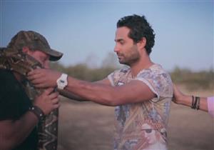 في لقطة طريفة.. كريم فهمي يطارد هاني رمزي بالثعبان- فيديو