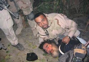 مترجم يفجر مفاجأة عن صورة مفبركة نشرتها القوات الأمريكية لصدام لحظة إعتقاله - فيديو