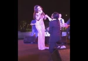 بالفيديو - شاب يقتحم حفل هيفاء وهبي ويطلب يدها