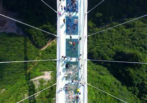 فيديو وصور.. ممنوع لأصحاب القلوب الضعيفة.. افتتاح أول جسر زجاجي في العالم