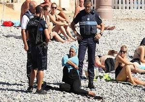 """الشرطة الفرنسية تجبر امرأة مسلمة على خلع """"البوركيني""""..فيديو"""