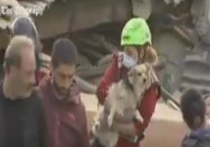 لحظة انقاذ كلب سقط بين الانقاد عقب زلزال ايطاليا