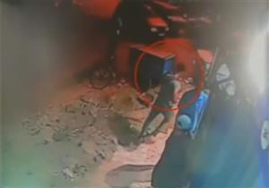كاميرا مراقبة ترصد جريمة قتل شاب بأحد شوارع المهندسين - فيديو
