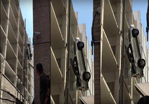 سائق يعيش أصعب لحظات حياته وسيارته عالقة في الهواء.. فيديو