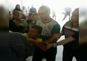 """""""علقة ساخنة"""" لمراهقين تم ظبطهم داخل مدرسة للبنات بالإسكندرية- فيديو"""