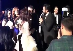 بالفيديو- موقف كوميدي بين كندة ويوسف أثناء غناء تامر حسني بحفل زفافهما