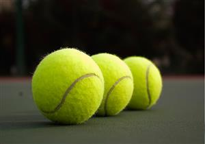 """تخلص من آلام الجلوس لفترات طويلة في الطائرة بـ""""كرة التنس"""""""