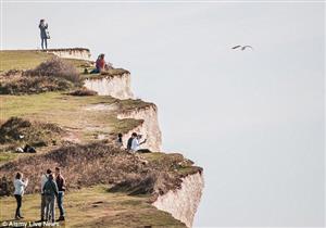 """بسبب """"صورة"""".. فتاة تسقط من على حافة جبل في بريطانيا"""