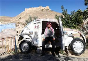 مسن أردني يحول سيارته إلى أصغر فندق في العالم.. هذا سعر الليلة فيه