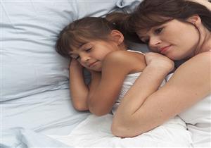 طبيب نفسي يوضح طرق وأهمية نوم الطفل بمفرده في غرفته
