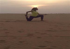 """بالصور- """"سما ورملة ووجه حسن"""".. فتيات يمارسن اليوجا بصحراء الوادي الجديد"""