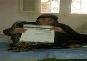 """عمرها 111 سنة.. الحاجة """"نوارة"""" تُوقع استمارة """"علشان نبنيها"""" بالشرقية (صورة)"""