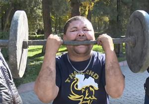 """""""قيرغيزي"""" يرفع الأثقال بأسنانه ويدق المسامير برأسه- فيديو"""