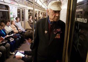 """وقوف كبار السن في المواصلات العامة """"مفيد"""".. والسبب"""