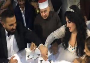أحمد سعد يقبل يد سمية الخشاب أثناء عقد قرانهما -فيديو