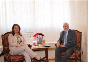 غادة والي تبحث مع سفير اليونان سرعة تحويل معاشات العمالة المصرية