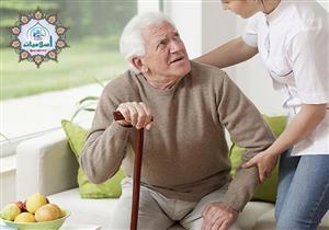 ما حكم رعاية المرأة للمسنين من الرجال؟