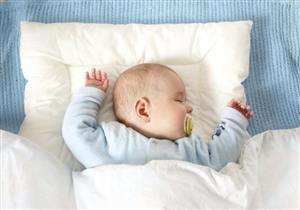 الاختناق وارتفاع درجة الحرارة.. مخاطر تسببها الوسادة لطفلك