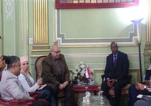 رئيس جامعة عين شمس يبحث مع مسؤول سنغالي سبل التعاون