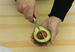 لماذا عليك الحذر عند قطع الأفوكادو بالسكين؟