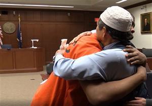 بالفيديو والصور .. أمريكي يعفو عن قاتل ابنه ويعانقه بسبب آية من القرآن الكريم
